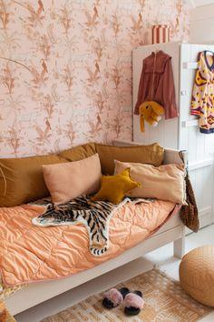 Behang Evie's kamer - Meisjes kamer behang - &SUUS Dream Rooms, Dream Bedroom, Home Bedroom, Girls Bedroom, Sofa, Couch, Nursery Inspiration, Kidsroom, Room Decor