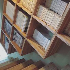 ma.489__kanataさんの、クウネル,暮らしの手帖,アクセントクロス,階段,階段の壁,棚,吹き抜けのある家,造作家具,文庫本,造作棚,絵本棚,壁面収納,アクセントウォール,無垢材,珪藻土の壁,自然素材の家,まだまだ 引越しの荷物が 片付かない,シンプルライフ,シンプルな暮らし,シンプル,引越したばかり,新築一戸建て,こどものいる暮らし,フォローお気軽にしてください♡,入居後,のお部屋写真
