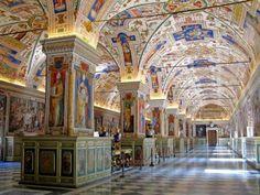Biblioteca del Vaticano, Roma. Curata e organizzata a partire dal Quattrocento, questa incredibile biblioteca conserva una delle raccolte di testi antichi e di libri rari fra le più importanti al mondo