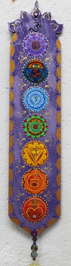 Chakra de la pared arte, arte de la meditación, zen decoración de la pared, arte yoga, arte curativo, arte inspirador, placa púrpura de madera, siete de chakra, placa Om. Pinté cada chakra en pintura de aceite en la madera, se trata de adornos grabados de cada chakra y collage a la placa de madera diseño y es laser corte de pino 1/4 y 3 ancho por 14 , la frontera de pintado a mano, tiene un símbolo de OM en la parte superior de la placa y abalorios que cuelgan de la parte inferior. Esto ...