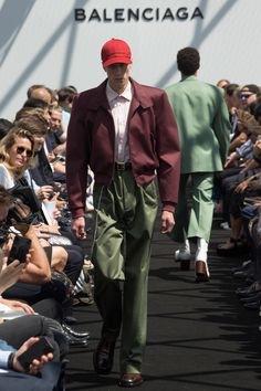 See all the Collection photos from Balenciaga Spring/Summer 2017 Menswear now on British Vogue Balenciaga Spring, Balenciaga Mens, Vogue Paris, Men Fashion Show, Mens Fashion, Paris Fashion, Street Fashion, Runway Fashion, Winter Jackets