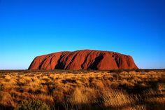 Le célèbre Uluru (Ayers Rock) proche d'Alice Springs, en plein milieu du désert Australien.  L'un des rochers les plus photographiés au monde !