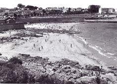 A Praia de Oza. Á esqueda a Capela de Santa María de Oza, á dereita o antigo lazareto sucio (1962). (En: La Coruña entre siglos: 1899-2000. A Coruña: Foto Blanco; 2000)