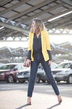 YELLOWBLUE – Mi Aventura Con La Moda. Navy lace bell sleeves blouse+dark straight-leg jeans+bronze pumps+yellow blazer+brown shoulder bag. Spring Dressy Casual Outfit 2017