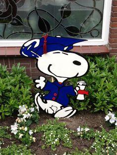 Zelf gemaakte Snoopy voor in de tuin. Snoopy is geslaagd.