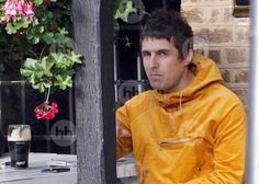 Liam Gallagher Oasis, Haha Funny, Bands, Leather Jacket, Hair, Clothes, Fashion, Noel, Studded Leather Jacket
