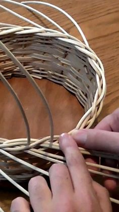 Paper Basket Weaving, Basket Weaving Patterns, Flax Weaving, Willow Weaving, Homemade Hand Soap, Flamingo Craft, Recycled Paper Crafts, Pine Needle Baskets, Basket Crafts