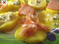 Crostini di polenta caldi con formaggi a affettati Gnocchi, Bruschetta, Fruit Salad, Finger Foods, Risotto, Catering, Pizza, Buffet, Food And Drink