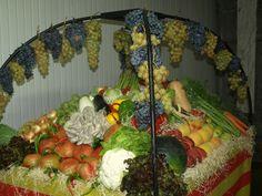 Preparación de la cesta para la Ofrenda en el Mercado Central de Zaragoza.