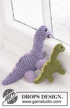 Crochet DROPS small dinosaur in Safran and large dinosaur in Paris. Free pattern by DROPS Design.