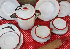 Love Blue and white the best, but also love red and white vintage enamelware. Vintage Love, Vintage Decor, Vintage Antiques, Vintage Items, Red And White Kitchen, Red Kitchen, Country Kitchen, Country Living, Vintage Dishes