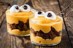 These adorable little pumpkin pudding monsters make for fun and easy Halloween desserts that the kids can help with, too. Plat Halloween, Menu Halloween, Dulces Halloween, Postres Halloween, Dessert Halloween, Halloween Treats, Pumpkin Pudding, Pudding Cake, Custard Pudding