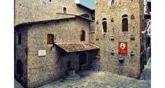 La casa natale di Dante Alighieri è ovviamente a Firenze, in pieno centro storico. La troviamo in via Santa Margherita 1, vicino alla Torre della Castagna.
