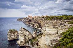 The most picturesque towns, built in the rocks photos) Amazing Places On Earth, Wonderful Places, Beautiful Places, Santorini, Picture Places, France 2, Le Village, Living On The Edge, Beaux Villages