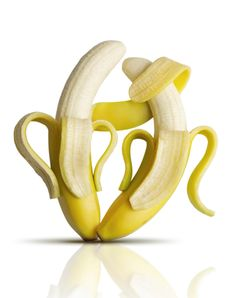 Banana health facts go far beyond the fact that bananas are high in potassium. Learn more facts about bananas and try the recipe for a strawberry-banana smoothie here. Banana Art, Foto Fun, Flavored Oils, Food Facts, Eat Smarter, Health Facts, Mellow Yellow, Types Of Food, Food Photography