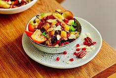 Lahodné Bircher müsli s pečeným ovocem je nadupané vitamíny. #recept #musli #peceni #ovoce #vitaminy #snidane #recipe #mussli  #bake #fruit #breakfast Muesli, Granola, Fruit Salad, Pasta Salad, Ethnic Recipes, Food, Bircher Muesli, Crab Pasta Salad, Fruit Salads
