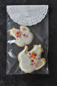 Tea cookie party favors via Fig & Ruby Sweets Tea Party Favors, Party Treats, Party Party, Tea Cookies, Galletas Cookies, Biscuits, Vintage Tea Parties, Vintage Party, Afternoon Tea Parties