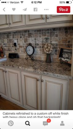 Traditional Antique White Kitchen Cabinets Welcome! This photo gallery has pictures of kitchens featuring cream or antique white kitchen cabinets in traditional styles Kitchen Cabinets Pictures, Farmhouse Kitchen Cabinets, Modern Farmhouse Kitchens, Painting Kitchen Cabinets, Kitchen Paint, Kitchen Redo, New Kitchen, Kitchen Ideas, Kitchen Backsplash
