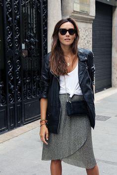 saia plissada com jaqueta longa de couro - contrastes interessantes.