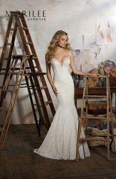 Dopasowana koronkowa suknia ślubna Mori Lee w stylu Vintage, pięknie wykończona haftami i subtelne ramiączka. Idealna dla Pań o figurze …