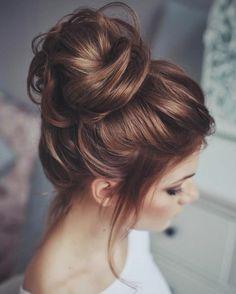 dame mit braunen haaren und lockere hochsteckfrisur