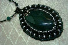 Ny-542. Sötét zöld színű, festett sárkányvér Achát medálos, gyöngy-hímzett nyaklánc. 2100.-Ft.