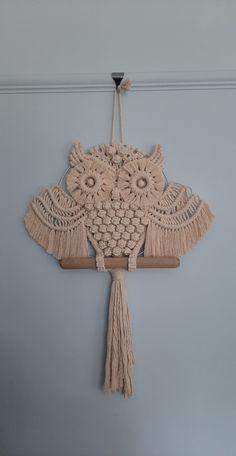 String Crafts, Yarn Crafts, Diy And Crafts, Macrame Owl, Macrame Knots, Macrame Wall Hanging Patterns, Macrame Patterns, Macrame Curtain, Macrame Design