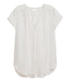 White/dotted. Loose-fit, short-sleeved blouse in crinkled woven fabric with a gathered V-neck at front. Rounded hem.