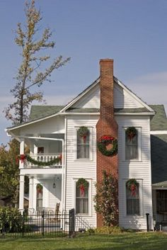 Country Farm House Decorated For Christmas . I swear this house looks just like the old homestead in Dunwoody, Ga.I've always wanted to tour through that house! Country Christmas, Christmas Home, Xmas, Country Farmhouse, Farmhouse Decor, Country Homes, Country Life, Country Living, Christmas Decorations For The Home