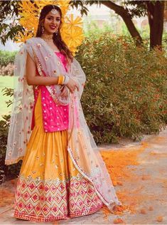 Bookmark These Stunning Summer Wedding Outfits For A Glamorous Yet Elegant Look At Weddings. For more such information, stay tuned with shaadiwish. Desi Wedding Dresses, Summer Wedding Outfits, Wedding Suits, Summer Weddings, Gift Wedding, Wedding Things, Pakistani Dresses, Indian Dresses, Indian Outfits