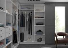Mit großzügigen Kleiderschränken kann man einfacher Ordnung halten. Hier von Centimetre.com.