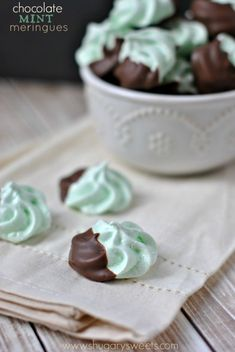 Chocolate Mint Meringues: a no fail recipe for making beautiful, delicious meringue cookies - from Shugary Sweets Candy Recipes, Sweet Recipes, Cookie Recipes, Dessert Recipes, Just Desserts, Delicious Desserts, Yummy Food, Mini Desserts, Plated Desserts