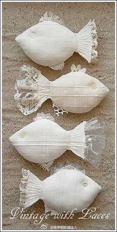 #蕾丝布艺小鱼#我一向很喜欢布艺小鱼,觉得很简单的两片布怎么能拼合出这么有趣和耐人寻味的作品呢。这款用蕾丝和棉布结合的鱼儿,我觉得也很赞,分享给你~