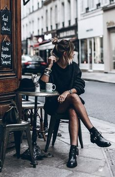 How to Pull Off a Stunning All Black Look - Fashion moda Fashion Blogger Style, Look Fashion, Womens Fashion, Fashion Black, 90s Fashion, Daily Fashion, Trendy Fashion, Dress Fashion, Fashion Spring