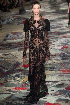 Alexander McQueen - Spring 2017 Ready-to-Wear Fashion Show Paris Fashion Week PFW Fashion 2017, Paris Fashion, Runway Fashion, High Fashion, Fashion Show, Fashion Design, Fashion Weeks, Fashion Brands, Style Couture