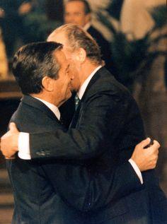 Abrazo entre su Majestad Rey Juan Carlos I y el duque de Suarez, don Adolfo Suarez Gonzalez, primer ministro