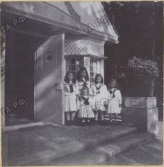 Elisabeth playing with her Russian cousins (OTMA) in her playhouse. Wolfsgarten, 1903. source: vk.com/naaotma