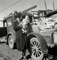 "Highway Missouri family of five, broke, baby sick, car trouble."" Photo by Dorothea Lange for the Farm Security Administration Shorpy Historical Photos, Historical Pictures, Old Pictures, Old Photos, Time Pictures, Dorothea Lange Photography, Sick Baby, Dust Bowl, Strange History"