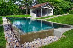 réalisation piscine débordement cascade Small Backyard Pools, Backyard Pool Designs, Small Pools, Swimming Pool Designs, Pool Landscaping, Pool Spa, Garden Swimming Pool, Semi Inground Pools, Natural Swimming Ponds