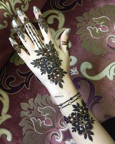 No photo description available. Modern Henna Designs, Floral Henna Designs, Henna Tattoo Designs Simple, Finger Henna Designs, Henna Art Designs, Mehndi Designs For Girls, Mehndi Designs For Beginners, Mehndi Design Photos, Wedding Mehndi Designs
