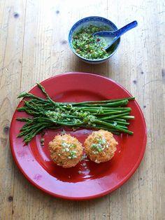 Schatz was koch ich heute? - Grüner Spargel mit Bärlauchknospen-Pesto und Tomaten-Bärlauch-Knospen-Reis #vegan #spargel Was Du brauchst:      500 ggrünen Spargel     Bärlauchpesto     Olivenöl     Salz     1 EL Tomatenmark     1 Hand voll Bärlauch-Knospen     1/2 Tasse Basmati     1 1/2 Tassen Wasser -  Laß es Dir schmecken!