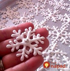 Hópihe, amit akár sütidekorálásra is falhasználhatsz Cupcake Template, Snowflake Template, Christmas Treats, Christmas Cookies, Christmas Decorations, Xmas Crafts, Diy And Crafts, Fondant Flowers, Christmas Kitchen