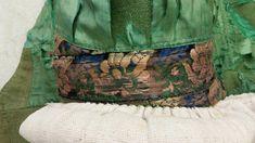 Oxie/Skytts/Vemmenhög. Liv nr 5776 b. Detaljbild på det mönstrade bandet som syns i sidan och i nacken.