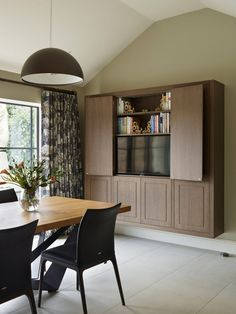 Modern finishes, state-of-the-art appliances and clever, unobtrusive storage solutions that make the optimum use of space. Custom Made Furniture, Case Study, Storage Solutions, Dining Bench, Corner Desk, Clever, It Is Finished, Appliances, Space