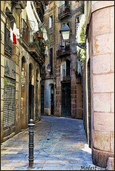 Una de las calles del casco antiguo de Barcelona.   One of the streets of old town Barcelona.