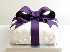 How to Make A Christmas Present Cake - Tutorial - I would love to make this for a Christmas party this year! (Plus, I could make it a birthday cake simply by not adding the snowflakes). Christmas Cake Designs, Christmas Cake Decorations, Holiday Cakes, Christmas Desserts, Christmas Baking, Christmas Cakes, Christmas Ideas, Xmas Cakes, Christmas Present Cake