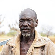 Lobashó, de unos 55 años, es jefe de una pequeña aldea de 300 habitantes, Dedougou, en Burkina Faso.  Hace unos años, la vida en este pequeño pueblo cambió por completo, con la construcción de un pozo por parte del gobierno. Pero el sueño se rompió junto con la bomba de éste y ahora, como antaño, tienen que volver a los antiguos pozos, excavados a mano en el terreno, en los que se acumulan todos los residuos de la lluvia.  En #AUARA, no solo construimos pozos, también los mantenemos.