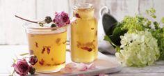Rezept für Leichtes Apfel-Traubengelee mit Rosenblättern: Rosenblätter in vorbereitete Gläser geben. Trauben-, Apfel- und Zitronensaft mit SteviaGelierzucker zum Kochen bringen und 4 Minuten sprudelnd kochen lassen. Nach erfolgreicher Gelierprobe das Gelee sofort in die vorbereiteten Gläser füllen und gut verschließen.