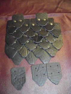 DIY scale armor -- buy the leather scales and rivets and assemble your own. Tool to print out paper for designing and estimating quantities, too. Larp Armor, Cosplay Armor, Cosplay Diy, Elf Armor, Costume Tutorial, Cosplay Tutorial, Diy Costumes, Cosplay Costumes, Crea Cuir