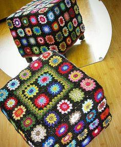 Vestindo a casa! Essa idéia é muito charmosa! Otima capa para pufs já existentes.  Lembrei das minhas avós! #anapoubelinteriores #designerdeinteriores #vestindoacasa #decorandocomcarinho #decorandocomclasse #vintage #puff #capaparapuff #issotemdesign #quadradosdecroche Love Crochet, Crochet Motif, Knit Crochet, Crochet Patterns, Crochet Pouf Pattern, Cowl Patterns, Crochet Home Decor, Crochet Crafts, Crochet Projects